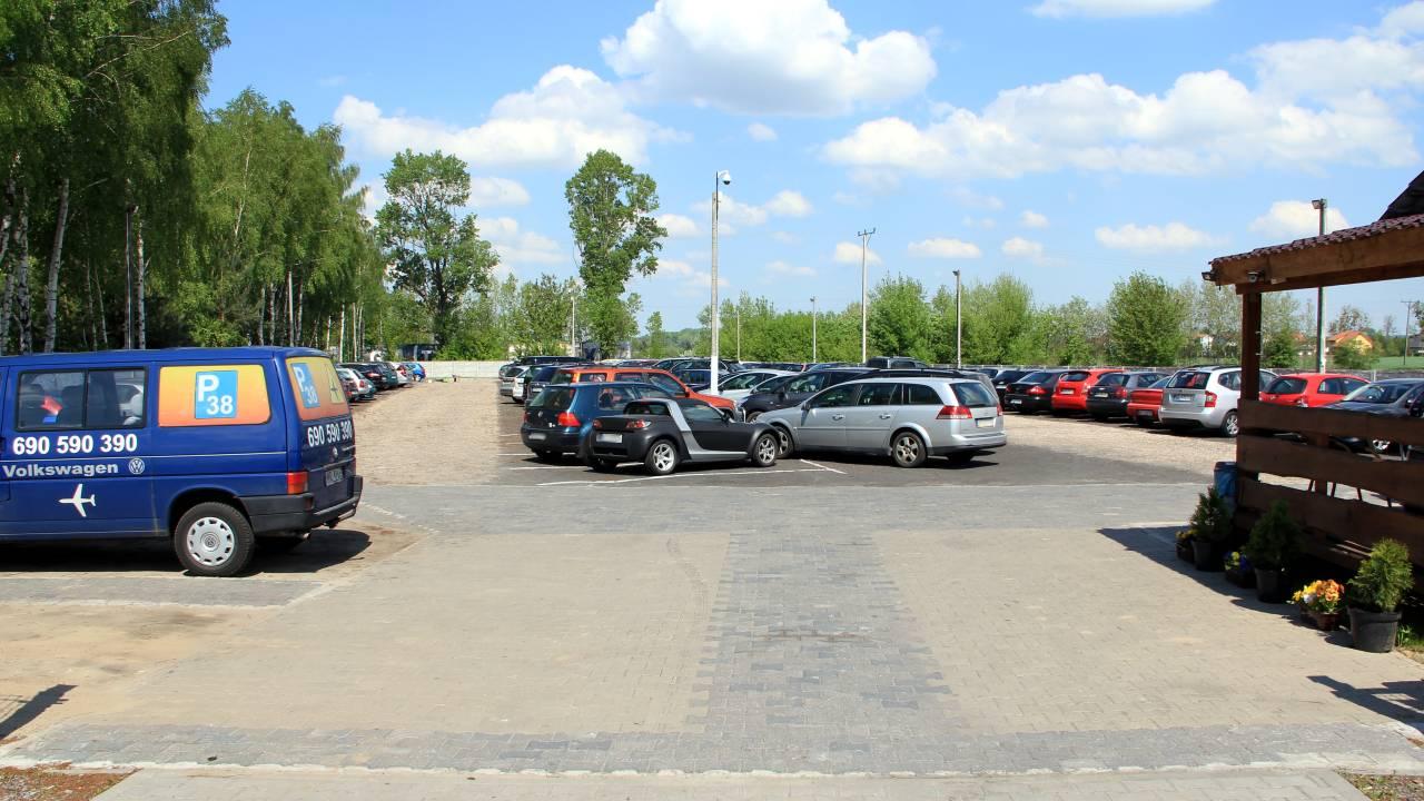 Utwardzony teren na parkingu
